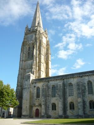 L'église de Marennes. J'ai souvent vu son clocher de loin, mais je n'étais jamais allé le voir de près.