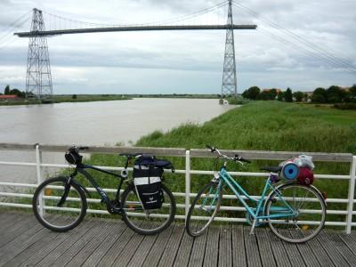 Les vélos devant le pont transbordeur de Rochefort