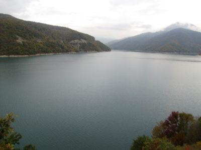 Le lac de barrage de Jinvali.