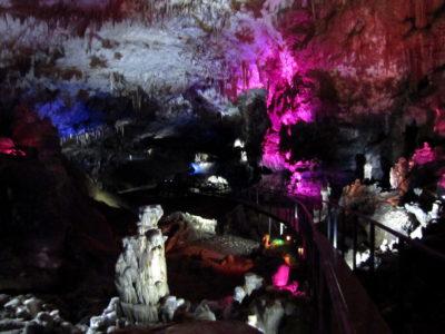 La grotte est éclairée par des lampes colorées. Ce ne rend pas terrible sur la photo, mais en vrai c'est très beau.
