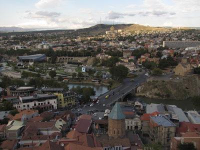 La vieille ville vue de la forteresse. Les espèces de tuyaux à gauche sont apparemment un théâtre, et au-dessus il y a le palais présidentiel.